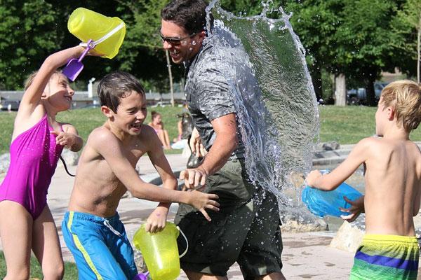 homem brincando com os filhos no parque