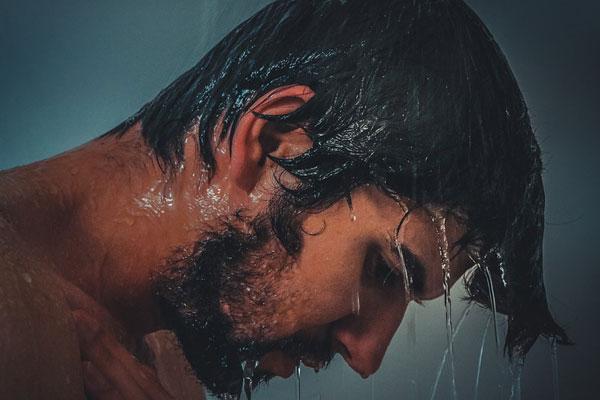 homem tomando banho triste com o orgulho quebrado