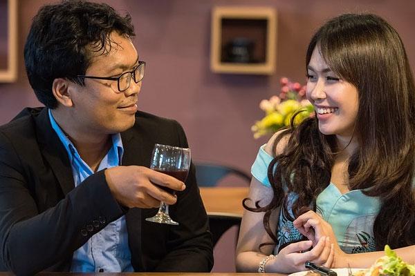 marido e mulher jantando juntos