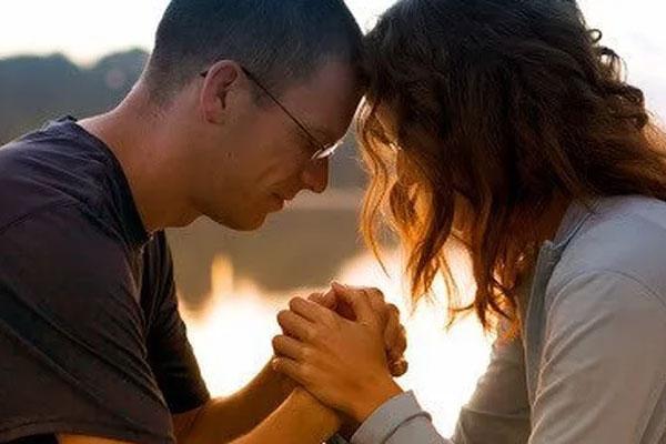 casal orando juntos