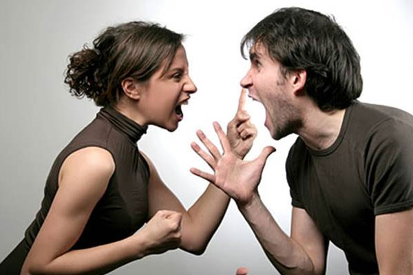 marido brigando com a esposa