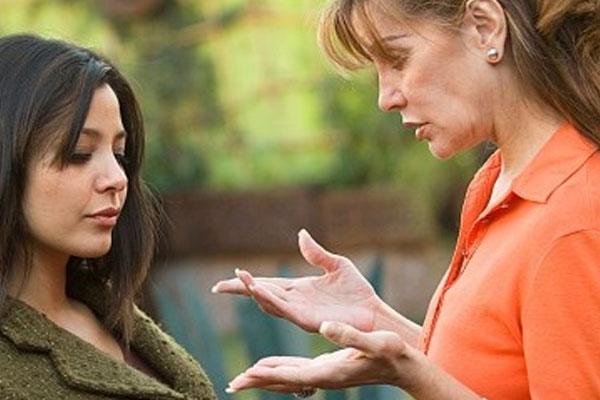 mulher conversando com outra mulher