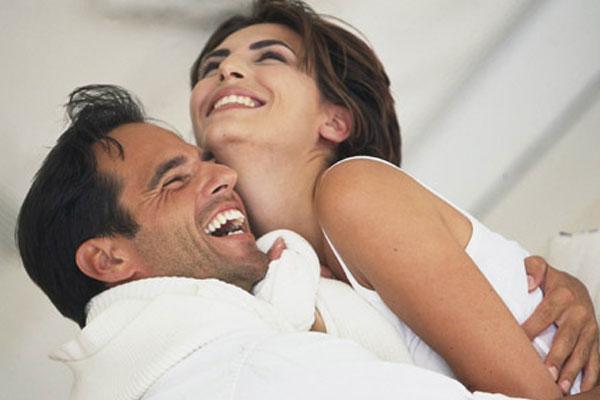 casal feliz comemorando o retorno do seu relacionamento
