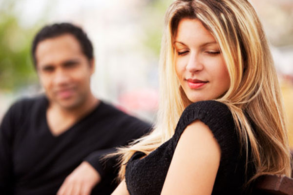 homem admirando mulher linda