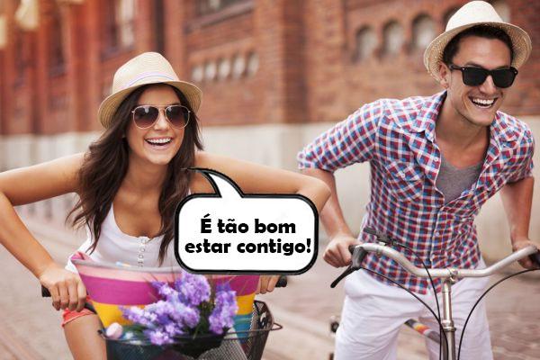 namorados passeando de bicicleta
