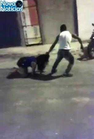 mulher agredida com socos e chutes na rua