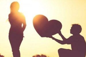 silhueta de homem dando coração a mulher e ela não aceitando
